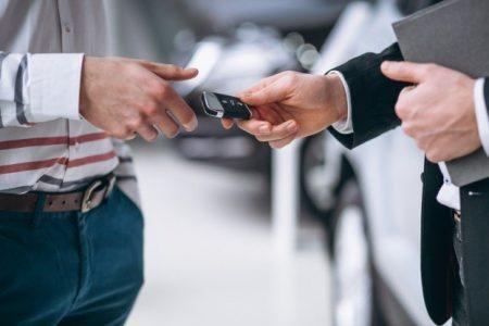 Umowa sprzedaży samochodu - co powinna zawierać, aby na tym nie stracić?