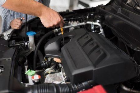 Dlaczego w silniku przybywa oleju? Poznaj najczęstsze przyczyny