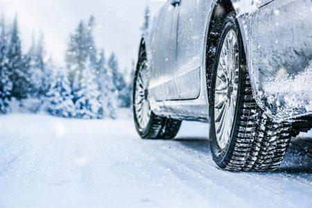 Parkowanie samochodu poza garażem w zimie