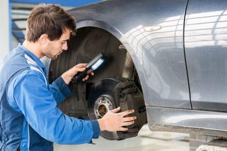 kontrola hamulców w samochodzie