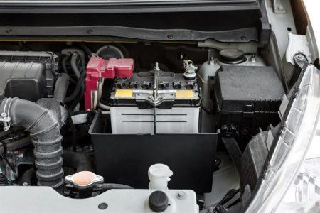 Akumulator po długim postoju - jak bezpiecznie uruchomić auto?